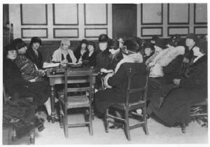 Une réunion du CNFF au Musée social. Source : Bibliothèque Marguerite Durand (Paris)